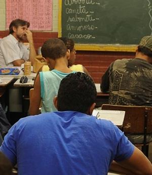 Abandono escolar é oito vezes maior entre jovens de famílias mais pobres